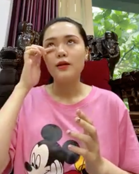 ba-xa-quynh-anh-buon-rot-nuoc-mat-khi-duy-manh-mot-minh-tren-ban-mo-o-singapore